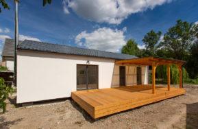 Malá dřevostavba s terasou